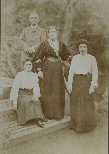 The Ransome family in the Court garden | Photograph courtesy of Sylvia Gipson