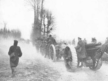 A Heavy Battery of the RGA tows its 60 pounder guns along the roads of northern France, World War 1 | The Long, Long Trail (The British Army in the Great War 1914-1918)