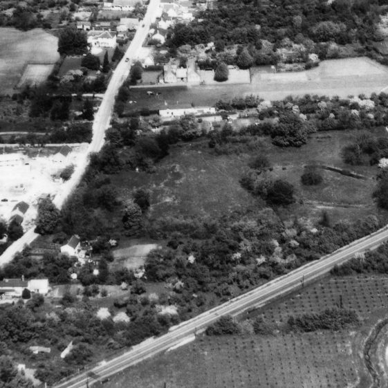 Aerial photograph taken on 23rd May 1962.  The shape of Flambards moat is clearly visible. | Detail from AEK4. Original image held by Cambridge University Collection of Aerial Photography