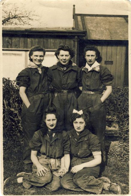 Atlas Girls<br> L to R: Back:____, _____, Kath Payne,  Front: Daphne Cooper, Hilda Payne.  What is the connection of these girls? | Linda Clarke