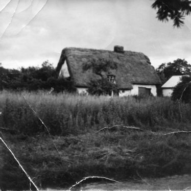 The old thatched cottage pictured ~1930 standing in the area now occupied by no 13, Chiswick End. | Lydia Leggett