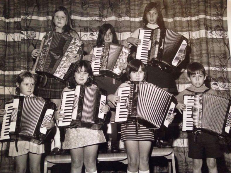 <b>The Rhythm Rascals, 1970-1973</b><br> Back row, from left to right: ?<br> Front row, from left to right: Lindy Thomas, Linda Saunders, Elaine Brinkley, Mark Clark | Photograph provided by Lindy Thomas