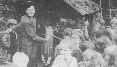 Mrs Thompson presenting te log cabin to the children | Photograph courtesy of Joyce Thompson